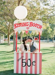 21-funny-kissing-booth-ideas-for-your-wedding21