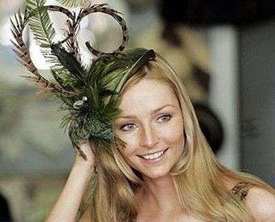 cappello-da-cerimonia-viola-con-piuma