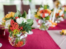 ts-152113268_wedding-centerpiece-white-roses-greens-berries_h-jpg-rend-hgtvcom-966-725